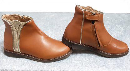un cuir lisse camel pour la bottine Pom d'Api joliment décoré d'un empiècement art déco en cuir métal et glitter or, chaussure enfant fermé par 1 zip