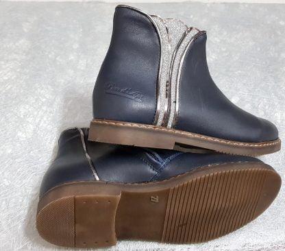 une bottine stylée art déco en cuir lisse marine doté d'un magnifique empiècement cuir métal et glitter argent, chaussure enfant Pom d'Api fermée par 1 zip