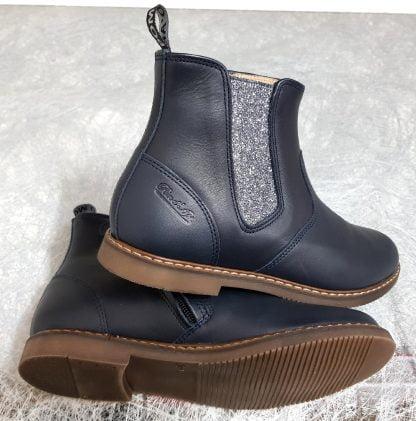 un style Chelsea pour la bottine enfant City Jodzip en cuir marine et élastique argent pailleté étain de Pom d'Api, modèle fermé par 1 zip