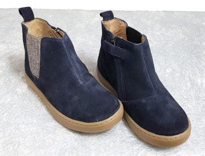 chaussure enfant, style bottine en cuir velours marine agrémentée d'un élastique pailleté sur le côté et fermé par 1 zip, modèle Play Shine de Shoo Pom