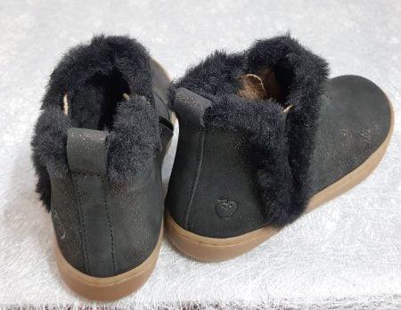 une bottine pour enfant de Shoo Pom en cuir nubuck noir irisé or doté d'une fourrure noire sur le col et le côté, modèle pour fille fermé par 1 zip
