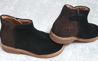 la bottine pour enfant Retro back est en cuir velours noir sur l'avant et le contrefort est irisé cuivré, modèle Pom d'Api fermé par 1 zip