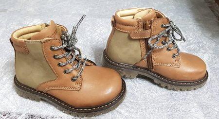 Chaussure enfant en cuir lisse cognac et cuir huilé taupe, Saxo signé Bisgaard, modèle montant à lacets et 1 zip