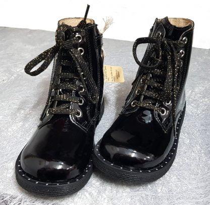 la bottine pour enfant Groove Boxing est très tendance cet hiver avec son style dock, elle est vêtue d'un cuir vernis noir et doté d'un lacet et d'un zip