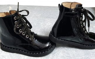 une bottine en cuir vernis noir et sa semelle débordante orné de rivets, un look idéal pour vos fillettes, modèle Groove Boxing de Shoo Pom fermé par 1 lacet et 1 zip