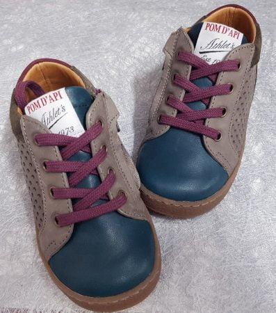 sneaker pour premiers pas en cuir lisse bleu et bordeaux et cuir velours chocolat, ce modèle Pom d'Api est fermé par 1 lacet bordeaux et 1 zip