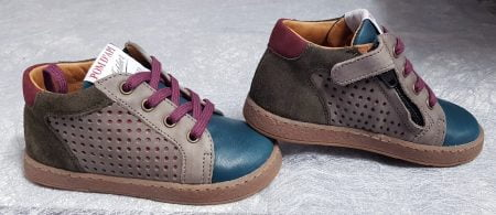 une sneaker pour premiers pas de Pom d'Api en cuir lisse et velours et son trio de couleur chocolat, bordeaux et bleu, modèle Mousse Zip Lace fermé par 1 lacet et zip