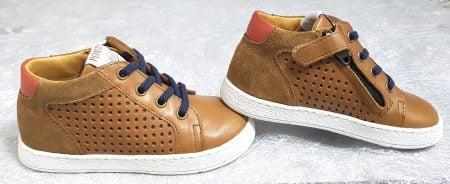 une jolie couleur camel sur une mixité de cuir lisse et velours pour la sneaker enfant Mousse Zip Lace de Pom d'Api fermé par 1 lacet et 1 zip