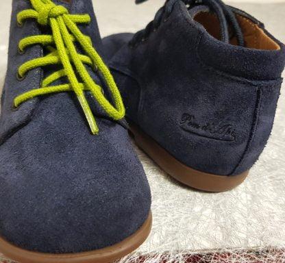 Un cuir velours marine avec 2 lacets marine ou vert anis, modèle Nioupi Derby Velours de Pom d'Api pour premiers pas