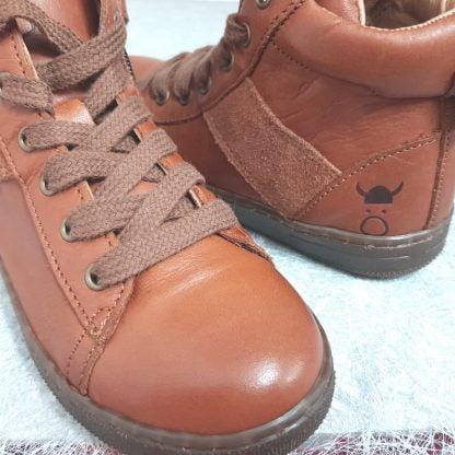 une chaussure haute pour garçon en cuir et velours cognac fermée par 1 lacet et 1 zip, modèle OBY de Nörvik