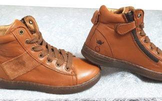 une mixité de cuir et cuir velours cognac pour la chaussure haute enfant OBY de Nörvik à lacets et 1 zip