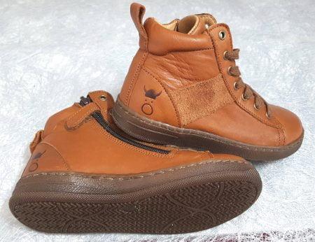 Oby est une chaussure haute à lacets et 1 zip déclinée dans une mixité de cuir et velours cognac