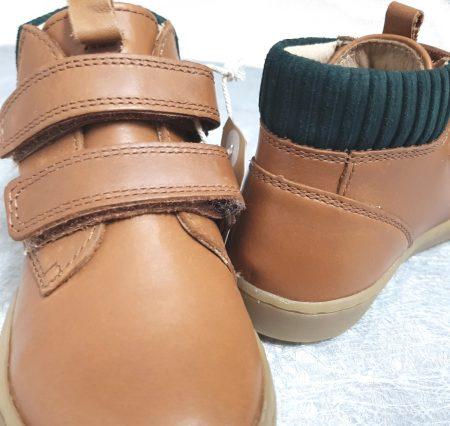 une chaussure enfant mi-montante fermé par 2 velcros, modèle Shoo Pom en cuir camel et col lainé vert foncé