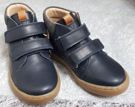 un modèle en cuir marine et col lainé gris fermé par 2 velcros, Play Desert Scratch chaussure enfant Shoo Pom