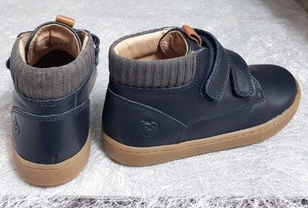 un cuir lisse marine pour la Play Desert scratch de Shoo Pom, une chaussure mi montante pour enfant fermé par 2 velcros