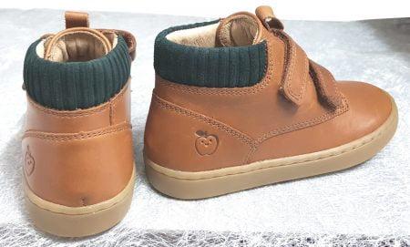 chaussure enfant mi montante en cuir camel et col lainé vert foncé, modèle Play desert Scratch de Shoo Pom fermé par 2 velcros