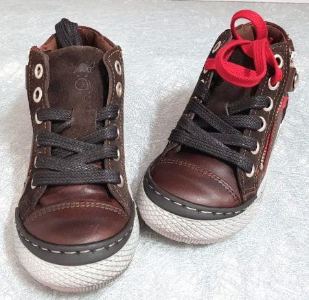 une basket pour enfant en cuir lisse et velours marron et empiècement cuir rouge, modèle RZA à lacets et 1 zip