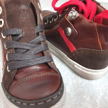 RZA, une basket haute pour enfant en cuir et velours marron et empiécement cuir rouge, modéle Nörvik à lacets et 1 zip