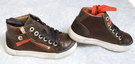 une mixité de cuir et velours marron et empiècement cuir rouge pour la basket enfant de Nörvick fermé par 1 lacet marron ou rouge et 1 zip