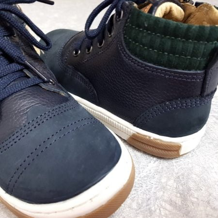 chaussure enfant haute en cuir grainé et nubuck marine doté d'un col matelassé et lainé vert foncé, modèle John Air Line de Shoo Pom fermé par 1 lacet et 1 zi