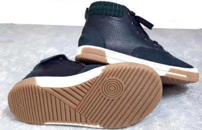 une belle sneaker en cuir marine doté d'un col lainé vert foncé, chaussure pour garçon fermée par 1 lacet et 1 zip, John Air Line de Shoo Pom