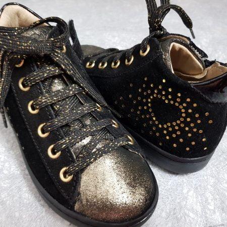 un cuir velours noir irisé or pour la Play Heart de Shoo Pom, une basket enfant joliment décorée de pastilles or, modèle fermé par 1 lacet et 1 zip