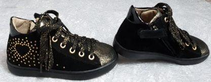 une sneaker enfant en cuir velours noir irisé or et joliment décoré de pastilles or, modèle Play Heart de Shoo Pom à lacets et 1 zip