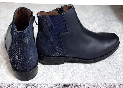 un cuir lisse marine doté de sequins sur la tige arrière pour la boots fille Senlis, modèle Bellamy fermé par 1 zip
