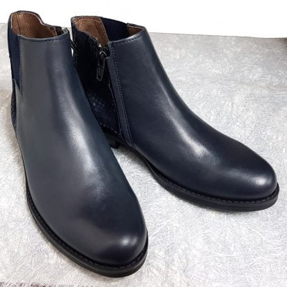 chaussure fille, bottine Senlis en cuir lisse marine et orné de sequins sur la tige arrière, modèle Bellamy fermé par 1 zip