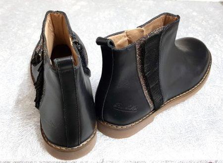 chaussure enfant Pom d'Api, modèle Trip Fringe en cuir lisse noir doté sur la tige de franges irisées noires sur une bande glitter cuivré, bottine fermée par 1 zip