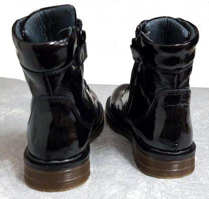 un cuir vernis noir souple pour la bottine enfant Wef de Nörvik à lacets et 1 zip.