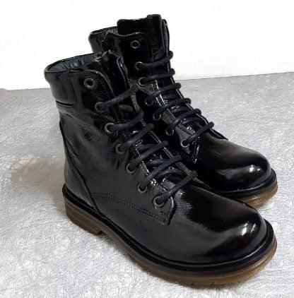 bottine style dock en cuir vernis noir signée Nörvik, chaussure enfant fermée par 1 lacet et 1 zip
