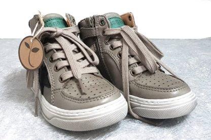 un cuir gris doté d'empiècements verts pour Isak, une basket haute de Bisgaard fermé par 1 lacet et 1 zip