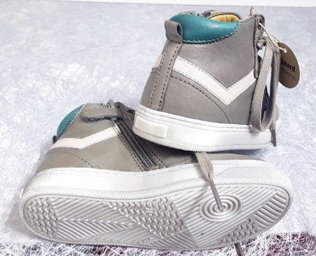 chaussure enfant style basket haute à lacets et 1 zip, modèle en cuir gris et empiècements verts Isak de Bisgaard