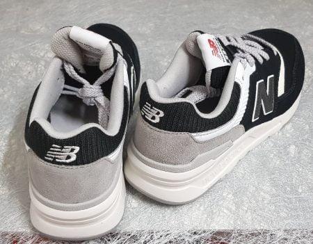 un modèle basket pour enfant new Balance en cuir et textile noir, gris et blanc, GR997 fermé par 1 lacet