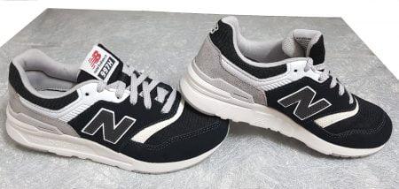 Gr997, une basket cuir et textile de couleur blanc et noir à lacets de New Balance