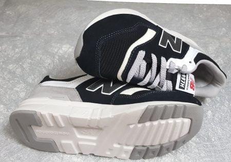 basket pour enfant en cuir et textile noir et blanc à lacet, modèle GR997 de New Balance
