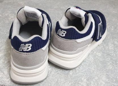le style de la basket PZ997 de New balance avec son duo de couleurs blanc et marine va plaire à vos garçons, ce modèle est fermé par 1 velcro