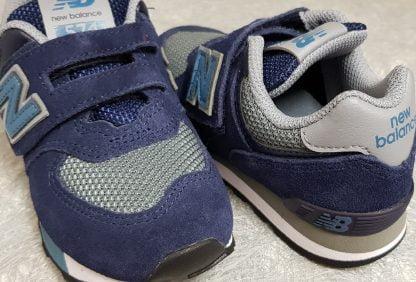 une basket basse marine et grise en cuir et textile fermée par 1 velcro, chaussure enfant YV574 de New Balance