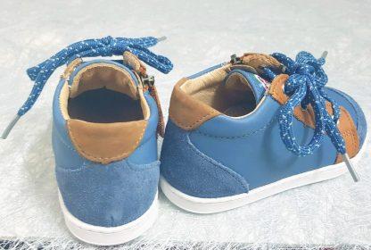 La Bouba Zip Box est un bottillon pour premiers pas en cuir lisse et velours jean et cuir lisse camel, modèle Shoo Pom fermé par 1 lacet et 1 zip