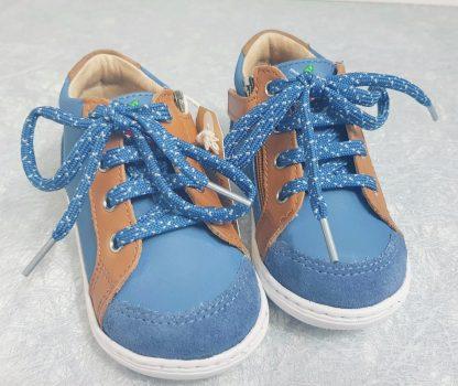 une belle couleur jean et camel pour la Bouba Zip Box, un bottillon premiers pas pour garçon de Shoo Pom, modèle à lacets et 1 zip
