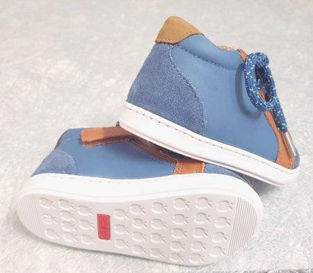 pour les premiers pas de bébé, optez pour la Bouba Zip Box en cuir jean fermé par 1 lacet et 1 zip, modèle Shoo Pom