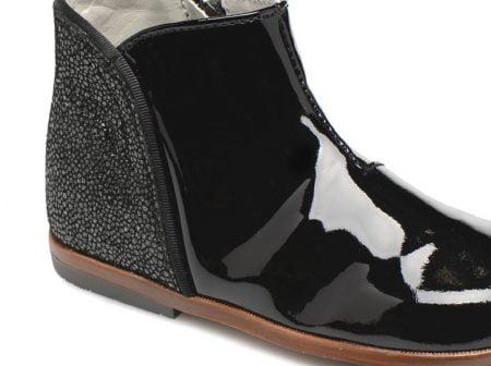 un cuir vernis noir avec un contrefort imprimé pour la bottine premiers pas Clotilde de Little Mary, modèle fermé par 1 zip