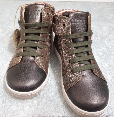La basket haute Gaia pour enfant est en cuir métal marron avec empiècements argent et col matelassé cuivré, modèle Bisgaard à lacets et 1 zip