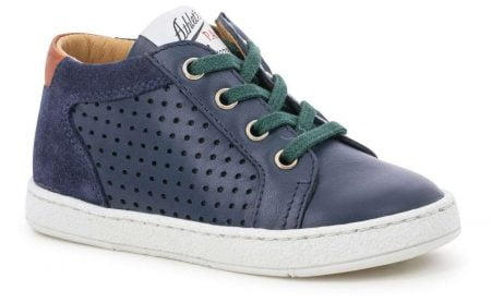 une sneaker pour premiers pas en cuir lisse et velours marine doté d'un col matelassé camel pour la Mousse Zip Lace de Pom d'Api, modèle fermé par 1 lacet vert et 1 zip