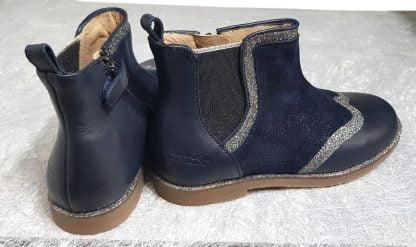 Sublime bottine pour enfant la New Trip Glitter de Pom d'Api en cuir lisse marine et velours irisé azurite doté de liserés argent glitter, une chaussure fille fermée par 1 zip