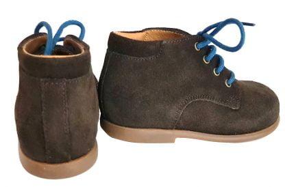 Un cuir velours marron avec 2 lacets marron ou bleu, modèle Nioupi Derby Velours de Pom d'Api pour premiers pas
