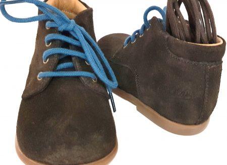 Bottillon premiers pas en cuir velours marron avec 2 lacets 1 marron ou 1 bleu, modèle Nioupi Derby Velours signé Pom d'Api