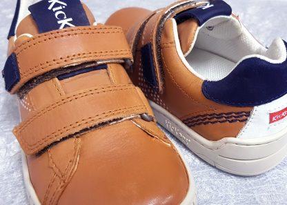 une belle ligne pour la basket enfant Winop de Kickers. Ce modèle est vêtu de cuir camel et empiècements cuir marine, et se ferme par 2 velcros