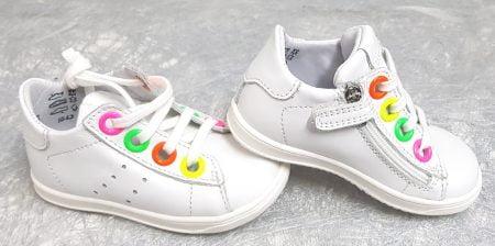 pour les premiers pas, une basket cuir blanc doté d'oeillets multicolores. Dorothé, un modèle Little Mary fermé par 1 lacet et 1 zip